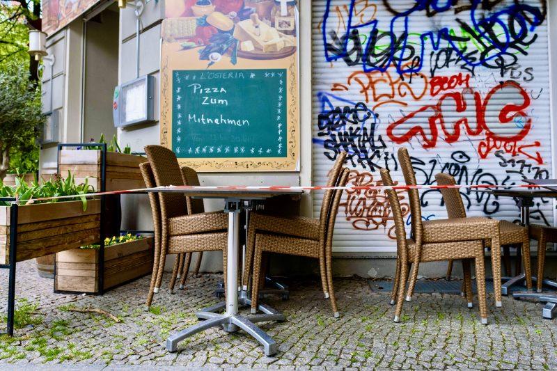 Restaurant am Prenzlauer Berg: Nach den neuen Corona-Regelungen dürfen die Stühle bald wieder besetzt werden. Foto: Imago/Seeliger