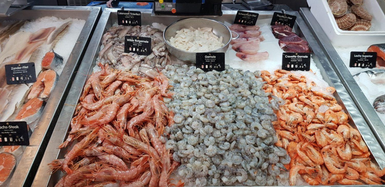 Frischer Fisch, italienische und türkische Fischspezialitäten und dazu noch arabische Delikatessen von Dattel bis Salzzitronen: die Fischtheke ist ein Abbild Neuköllns!