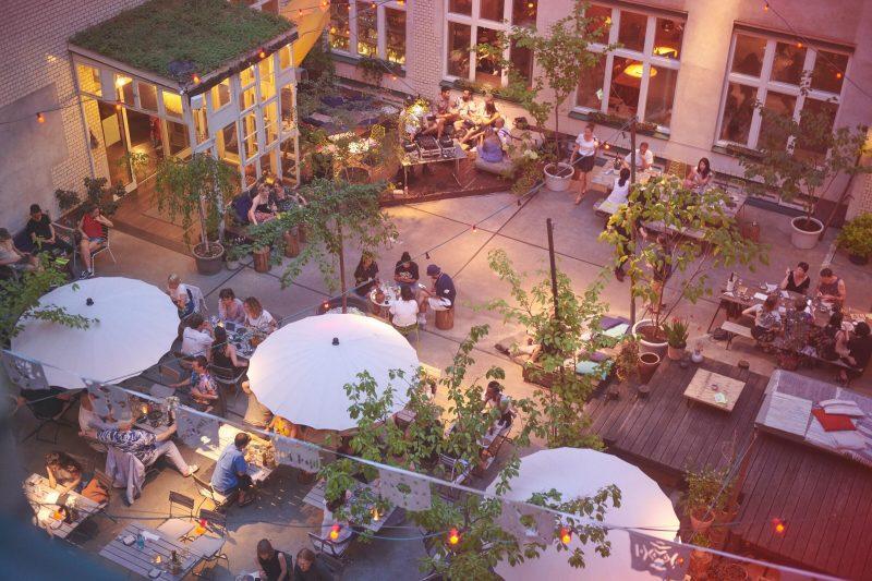 Weinbar Berlin Eine Weinbar mit wunderschönem Innenhof: Im Michelberger wird täglich ab 17 Uhr ausgeschenkt, hin und wieder mit DJ oder Live-Musik.