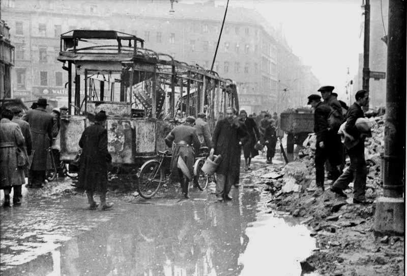 Zerstörte Straßenbahn in der Oranienstraße, Aufnahme um 1945.