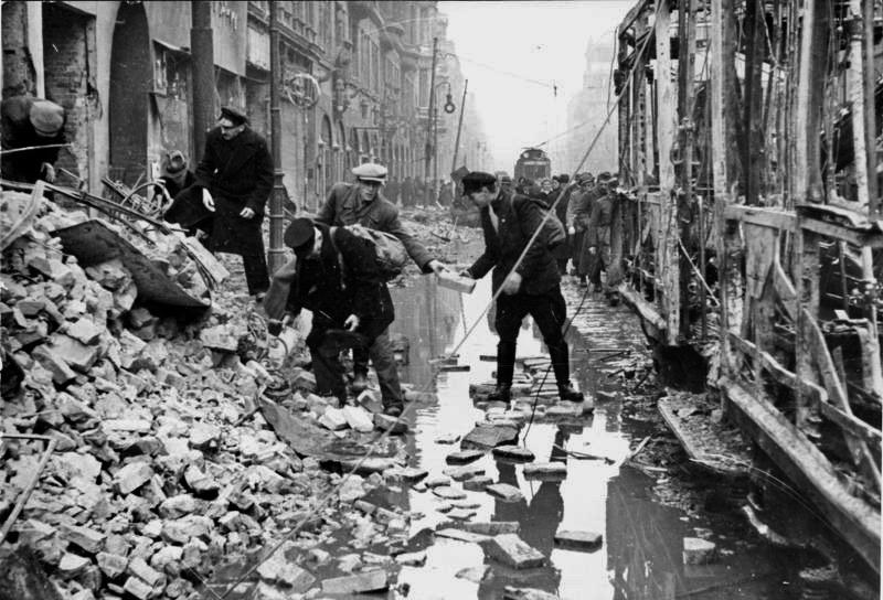 Der Zweite Weltkrieg: Die Oranienstraße nach einem Luftangriff im Februar 1945. Ein Wasserrohr barst beim Angriff.