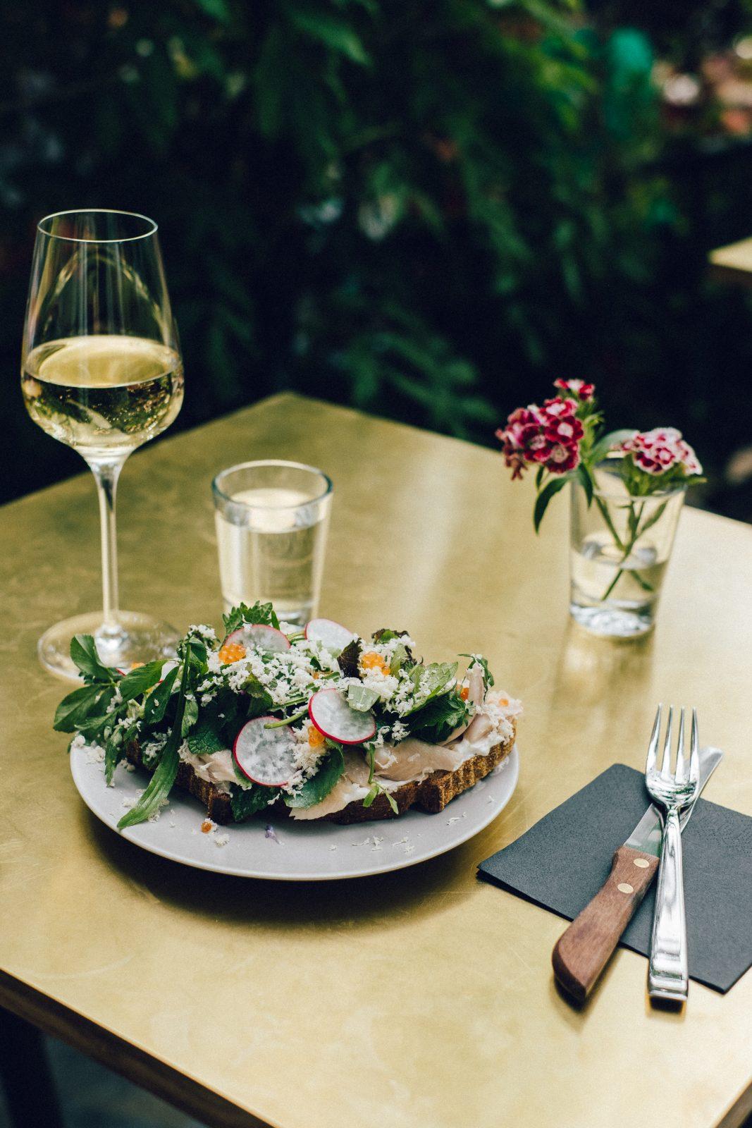 Weinbar Berlin Eine schöne Auswahl an offenen Weinen gibt es auch bei Frau Luna am Paul-Lincke-Ufer. Dazu wird kalte Apéroküche serviert.