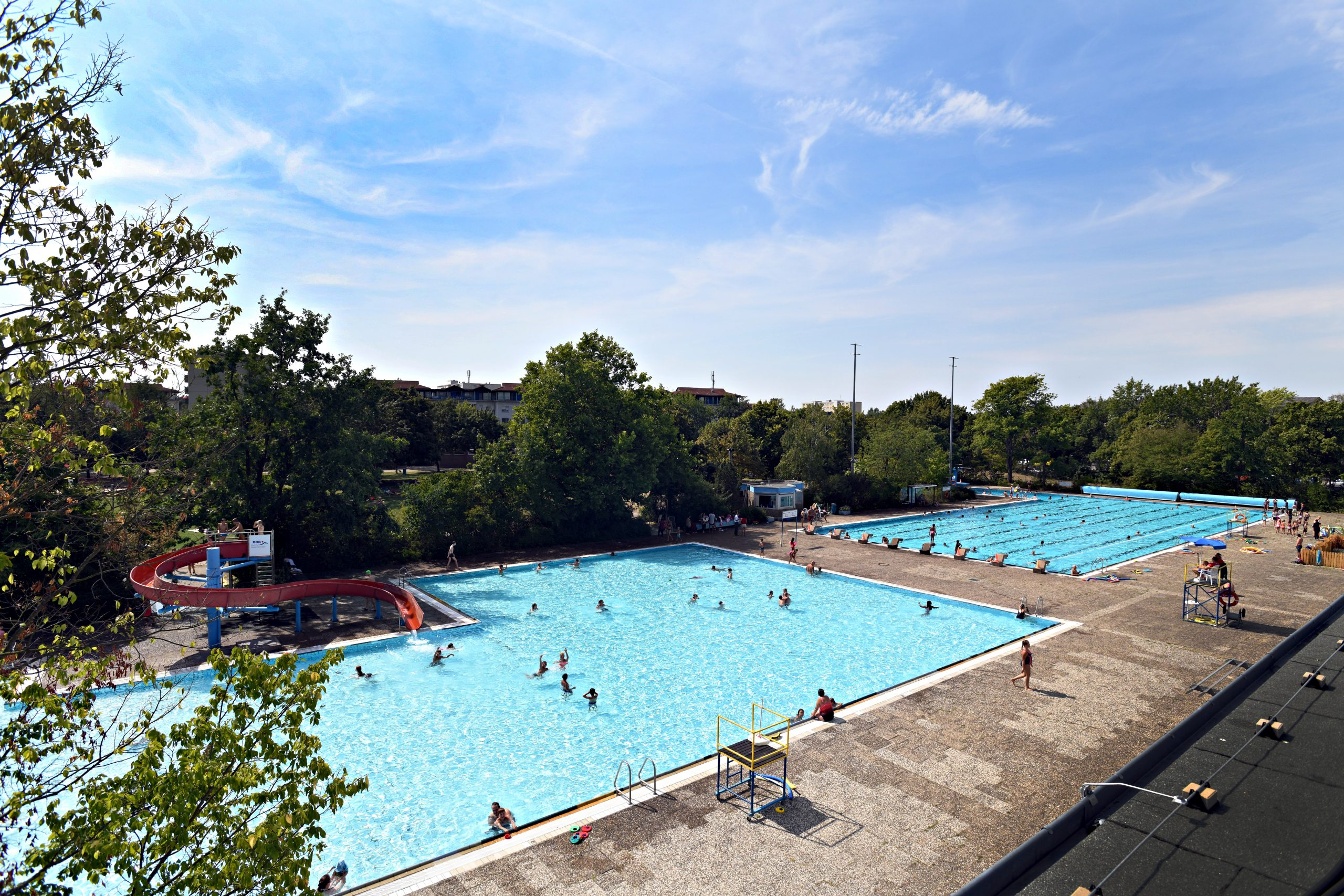 Schlich und größzügig ist der Freibadbereich in Spandaus Kombibad. Foto: Berliner Bäderbetriebe