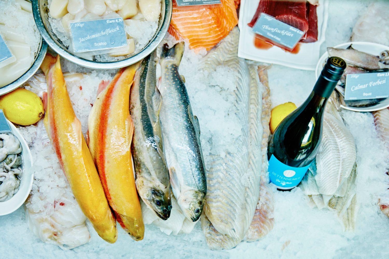 Frischer Fisch, hausgemachte Fischsalate und Spezialitäten, und der passende Wein dazu auch: der Fischladen in Prenzlauer Berg und Moabit ist eine Koryphäe für Fisch in Berlin