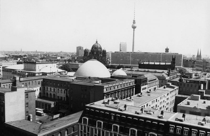 Blick auf das Zentrum von Berlin mit Dom, Fernsehturm und Außenministerium, 1988.
