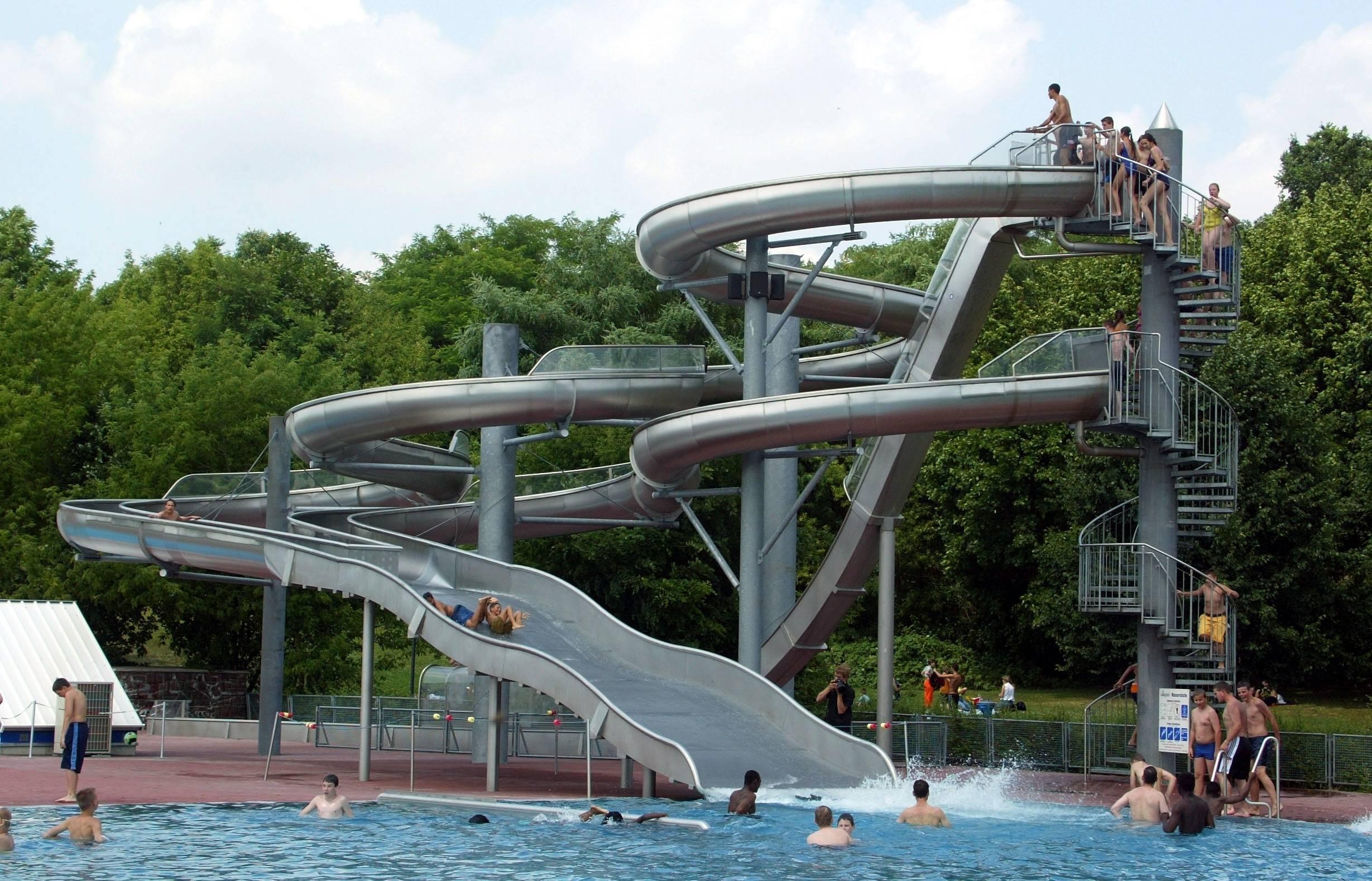 Die Hauptattraktion im Sommerbad Pankow: die High-Speed-Rutsche. Foto: Imago/Olaf Wagner