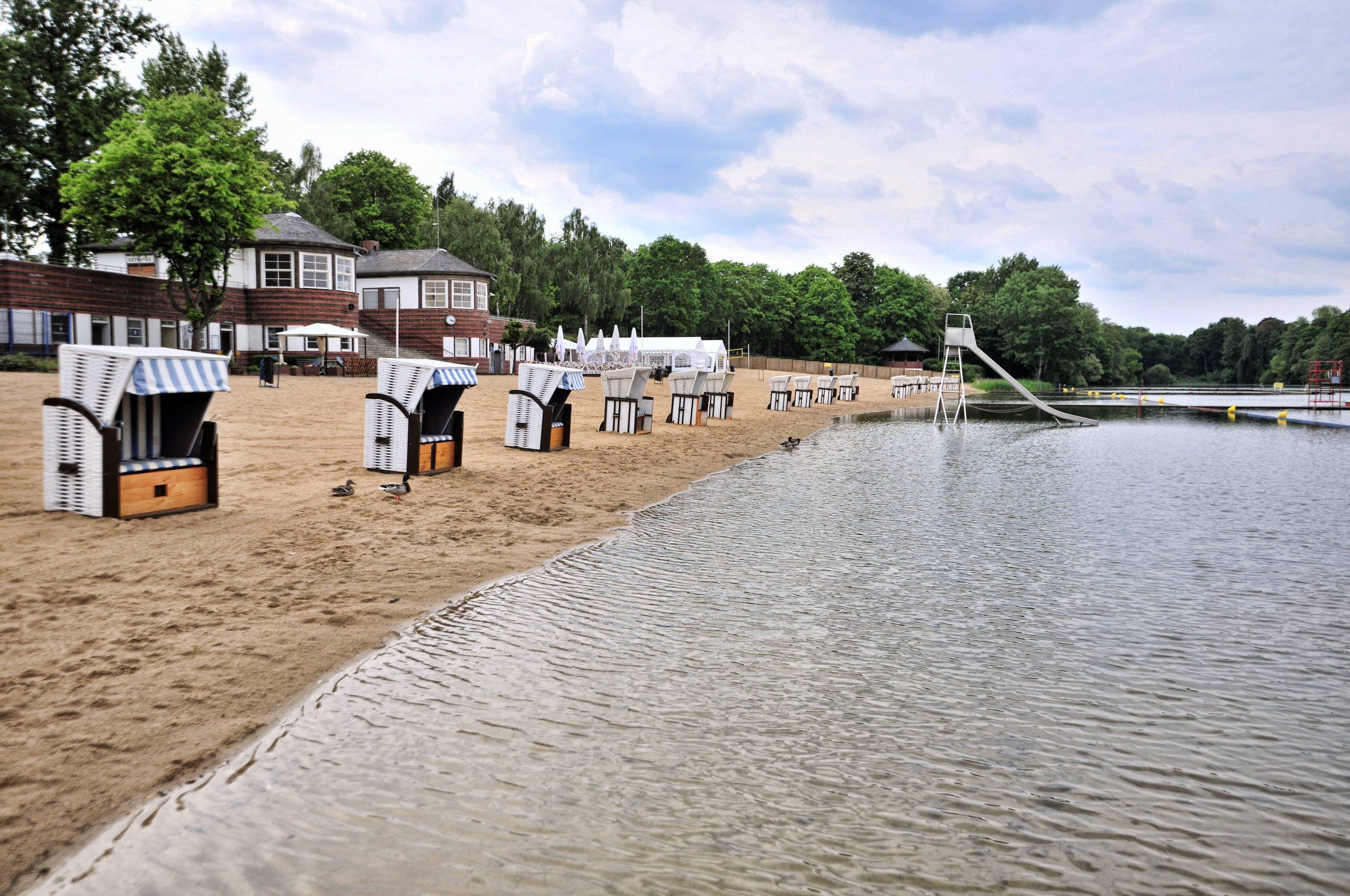 Strandfeeling und hübsche Architektur gibt es im Strandbad Plötzensee.