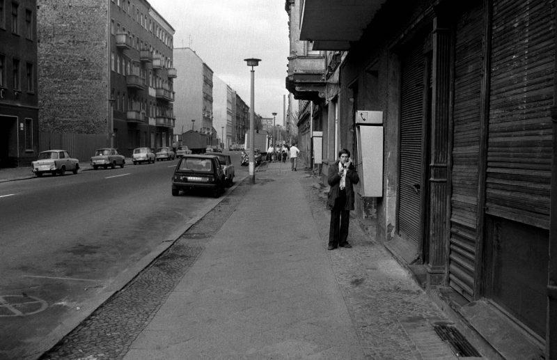 Mann telefoniert an einem Münzfernsprecher in der Ackerstraße, 1987.