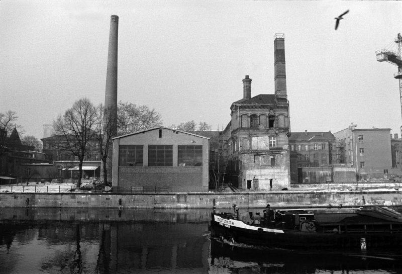 Alte Fabrik an der Spree zwischen der Weidendammer Brücke und der heutigen Ebert-Brücke, 1987.