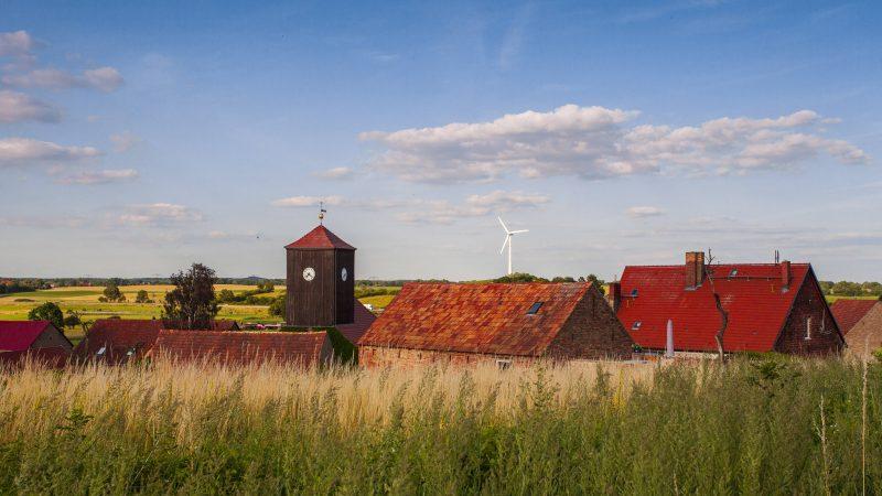 Blick über die Dächer von Althüttendorf an der nördlichsten Grenze des Landkreises Barnim in Brandenburg auf dem Panoramaweg. Foto: imago images/Rex Schober