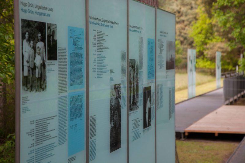 Informationstafeln an der Dokumentationsstätte.