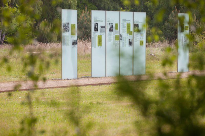 Informationstafeln an der Dokumentationsstätte des KZ-Außenlagers Lieberose.