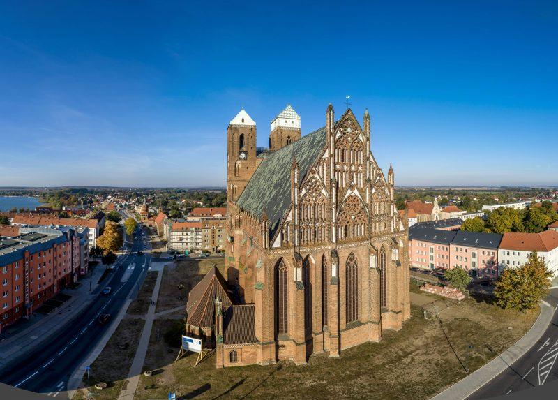 Der Mitteltorturm und die Marienkirche prägen die Stadtansicht Prenzlaus. Foto: imago images/Rainer Weisflog