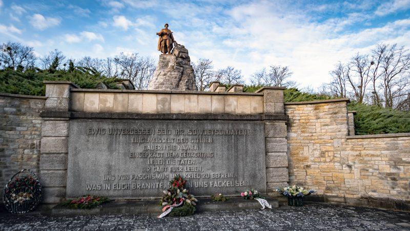 Gedenktafel zu Ehren der sowjetischen Soldaten an der Gedenkstätte.