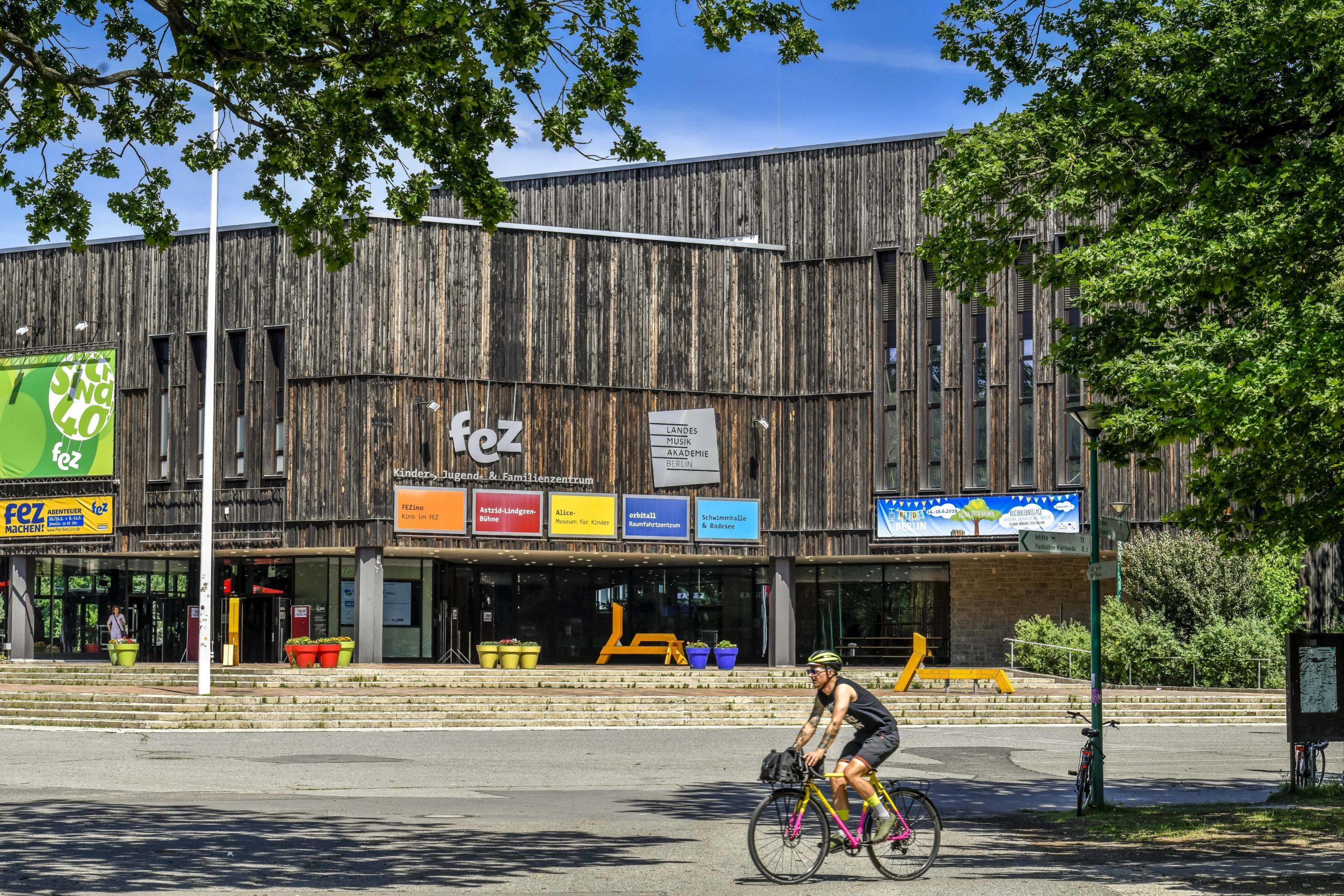 Mitten im Volkspark Wuhlheide befindet sich das FEZ, einer der aufregendsten Orte für Kinder in Berlin. Foto: Imago/Schöning