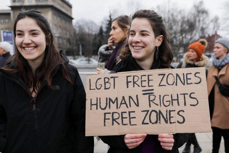 """Polnische Aktivistinnen protestieren am 8.März in Krakau gegen die """"LGBT-freien Zonen""""."""