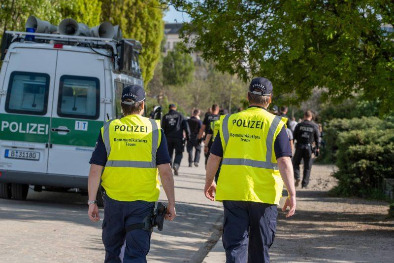 Polizisten bei der Kontrolle der Corona-Abstandsregeln am Ostersonntag im Mauerpark. Foto: imago images/Seeliger
