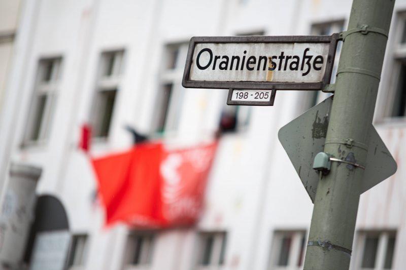 Die roten Fahnen hängen bis heute aus den Fenstern in der Oranienstraße.
