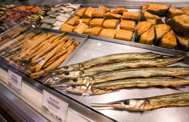 Geräucherter Fisch ist die Spezialität von Rogacki – aber auch Frisch- und Lebendfisch hat das alteingesessene Berlinter Unternehmen im Angebot.      Fischladen Berlin