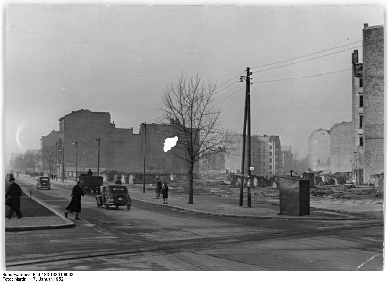 Arbeiterpaläste und Aufstände: Die Geschichte der Karl-Marx-Allee in Bildern