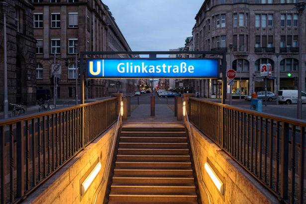 Namensänderungen mit bitterem Beigeschmack: Der U-Bahnhof M*hrenstraße soll künftig nach dem russischen Komponisten Glinka benannt werden. Der hat allerdings eine antisemitische Oper vertont. Foto: Imago/Sattler, Collage: Tobias Meyer