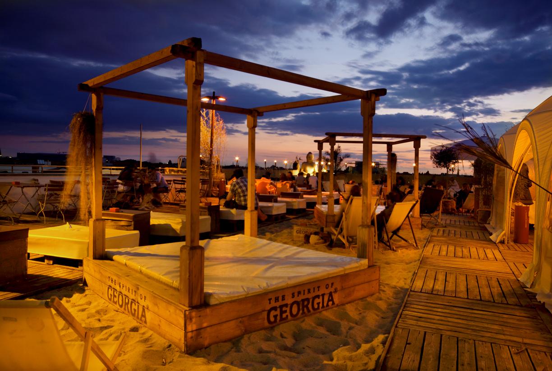 Strandbar Berlin: Auf der höchsten Strandbar Berlins kann auf gemütlichen Betten unter den Sternen liegen.