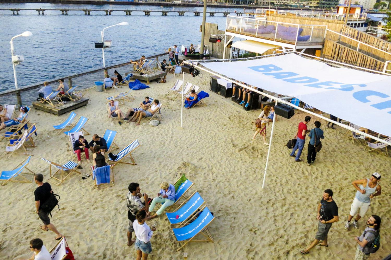 Strandbar Berlin: Das Badeschiff hat eine schöne Strandbar und ein schwimmendes Freibad zu bieten.
