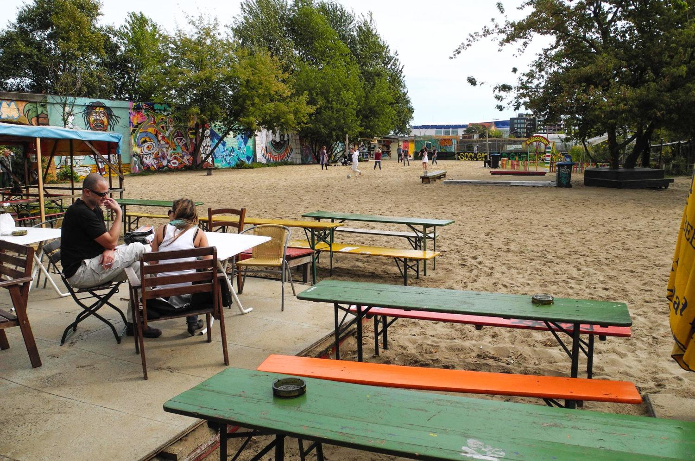 Strandbar Berlin: Im Yaam am Ostbahnhof kann man mit einem Cocktail in der Hand zu Reggae entspannen.