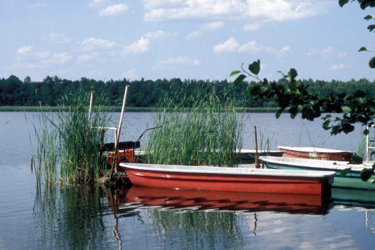 Ruderboote am Steg auf dem Köthener See, von dort geht es weiter nach Märkisch Buchholz. Foto: imago images/Jahnk