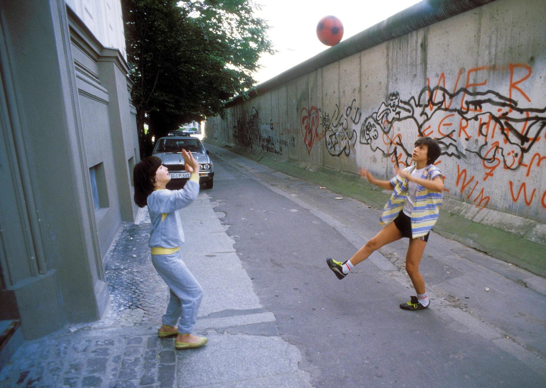 Eine Kindheit in Berlin: Spielende Kinder an der Berliner Mauer in Kreuzberg, um 1984.