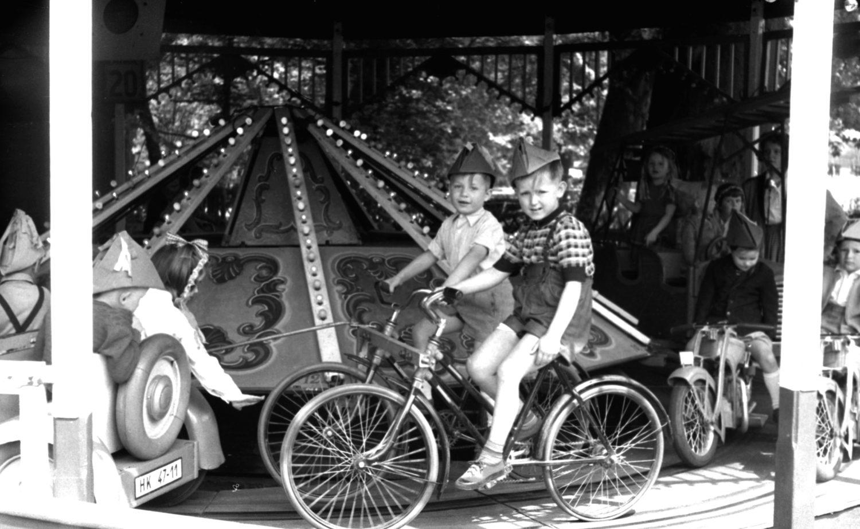 Kinder auf einem Karusselll in Ost-Berlin, 1960.