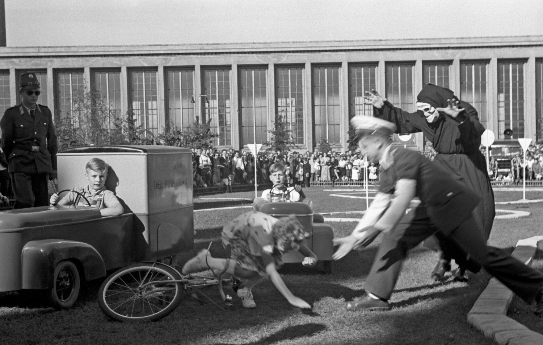 Eine Kindheit in Berlin: Kinderbespaßung bei dem Internationalen Autosalon am Funkturm, 1951.