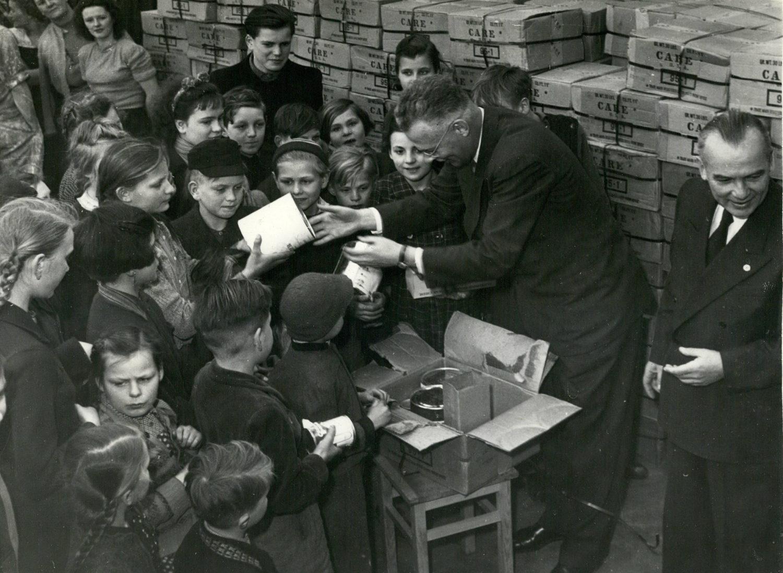 C.A.R.E.-Pakete werden an Flüchtlingskinder verteilt, 1953.