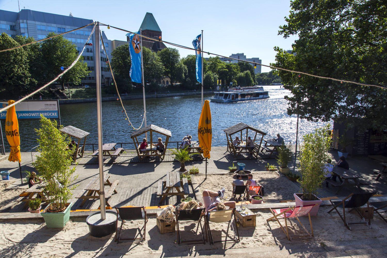 Strandbar Berlin: Urlaubsgefühl an der Spree kommt im Gestrandet an der Jannowitzbrücke auf.