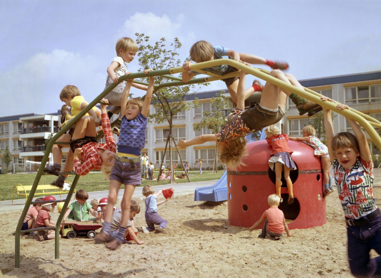 Eine Kindheit in Berlin: Kindergartenkinder spielen auf einem Spielplatz in der Lindenbergalle, um 1976.