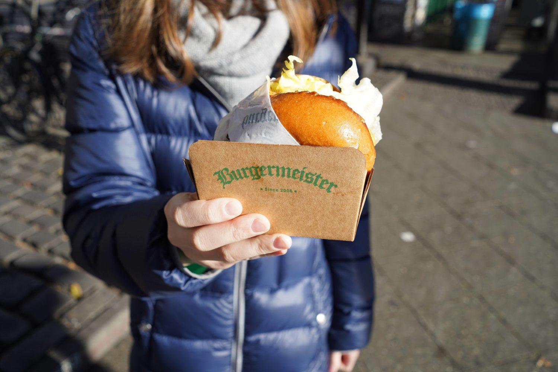 Klassiker: Wer in Berlin lebt oder zu Besuch ist, sollte mindestens einmal einen Burger von Burgermeister essen.