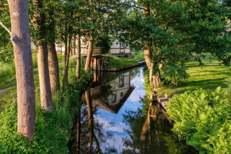 Ein Fachwerkhaus am Wasser im Freilandmuseum Lehde, auf unserer zehnten Wanderung durch den Spreewald. Foto: imago images/Panthermedia