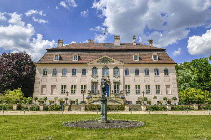 Am Zielort angekommen können Wander*innen sich noch den Fürst-Pückler-Park Branitz und das Schloss anschauen. Foto: imago images/Schöning