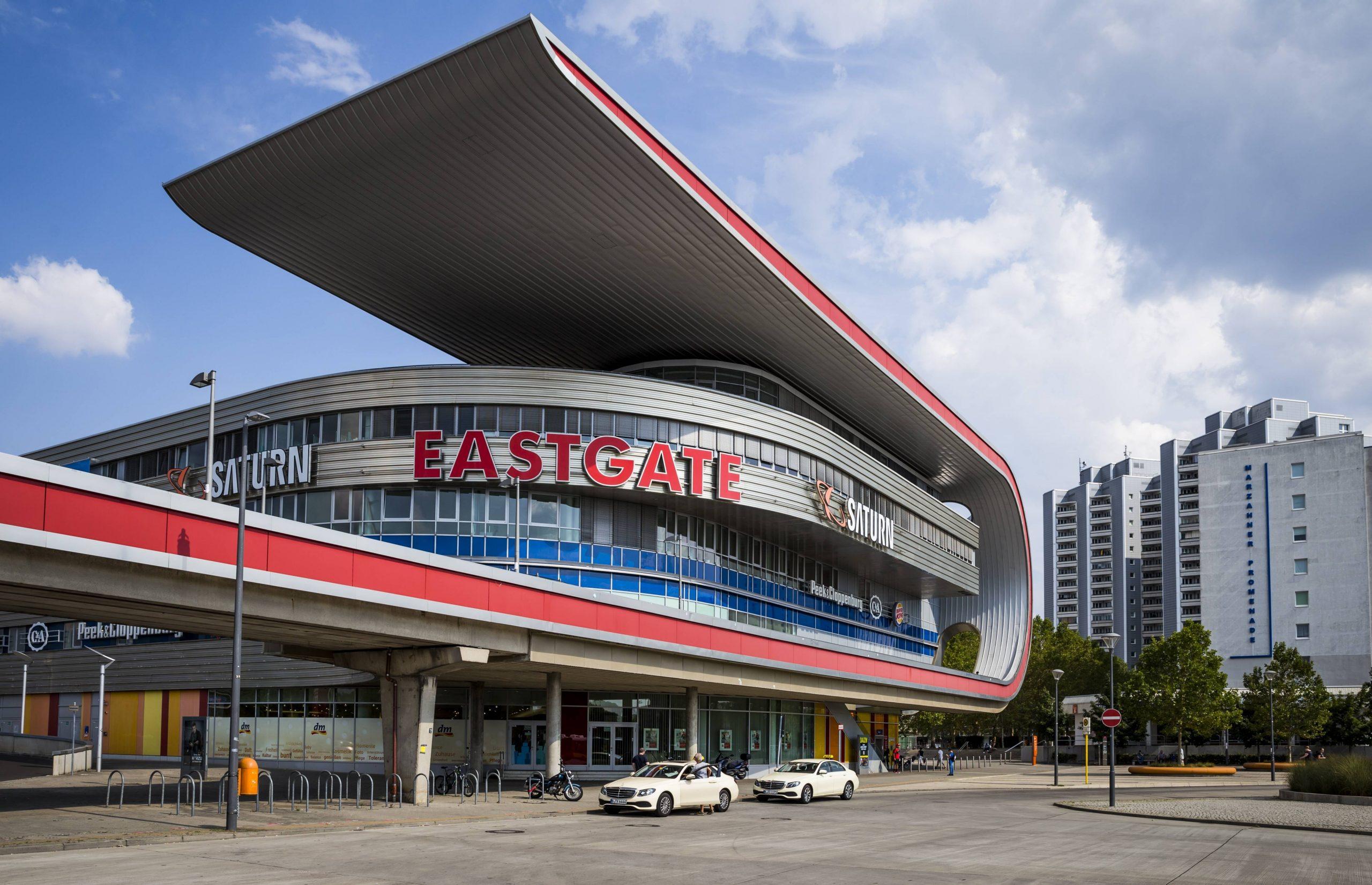 """Das Eastgate ist ein durchaus gewöhnungsbedürftiges Einkaufszentrum. Das Shoppingcenter in Marzahn verbuchen wir sogar unter """"Bausünde"""". Foto: Imago/Alimdi"""