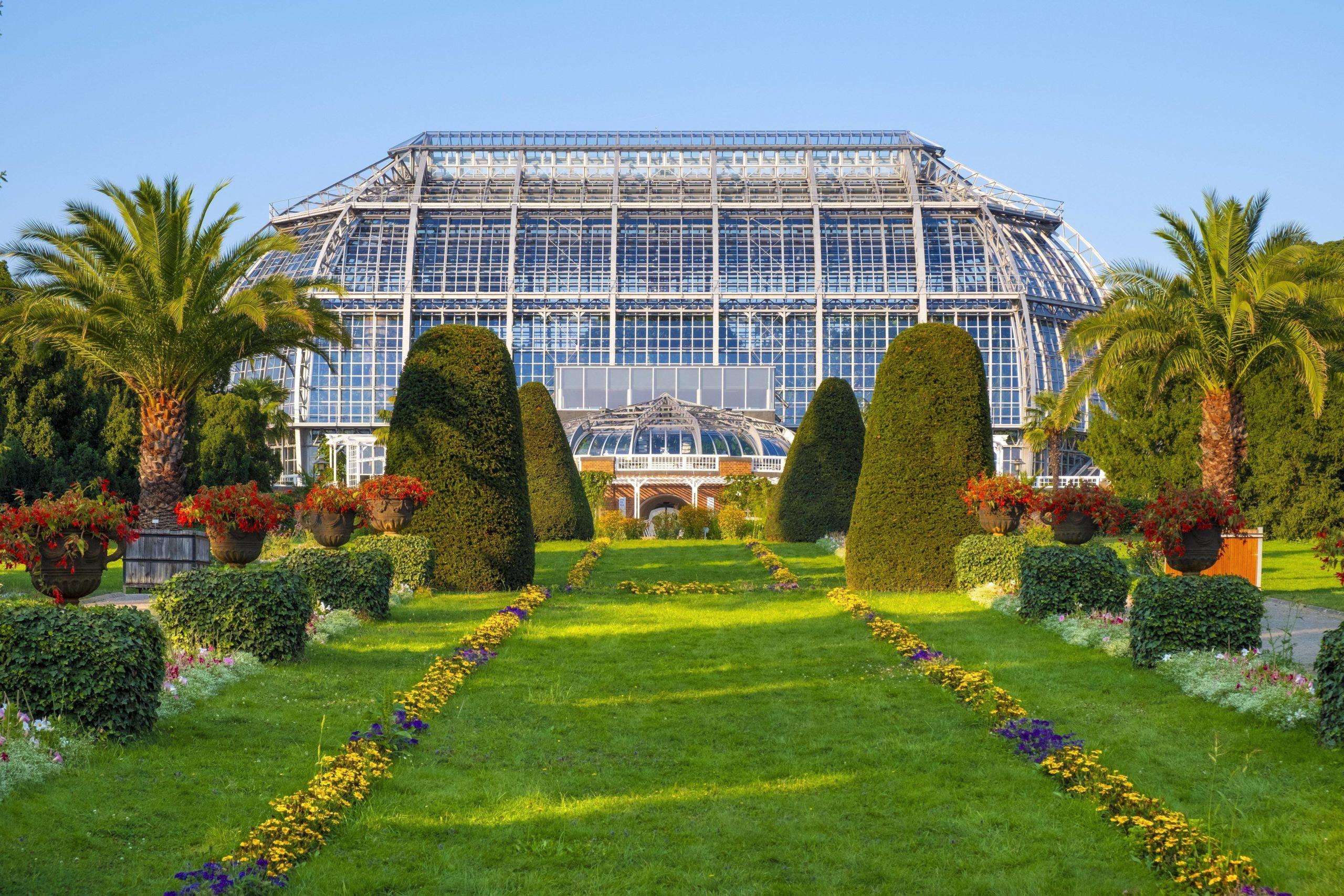 Der tolle Blick auf die riesigen Gewächshäuser im Botanischen Garten Dahlem. Foto: imago images/BE&W
