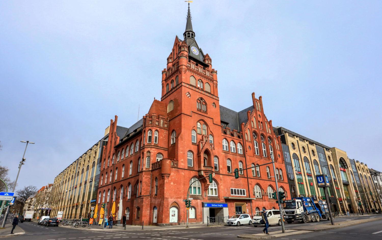 as Rathaus wurde 1897/1898 von den Architekten Reinhardt und Süßenguth im Stil der Neogotik errichtet.