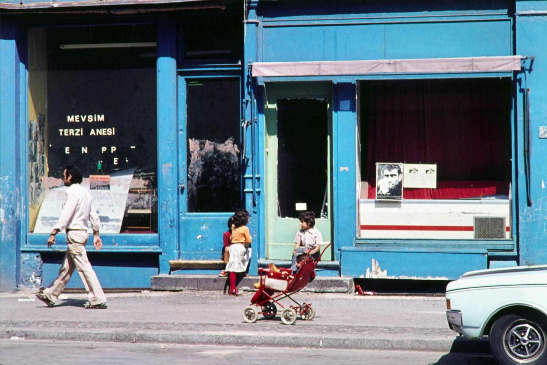 Kinder spielen auf der Strasse in Kreuzberg, um 1973.