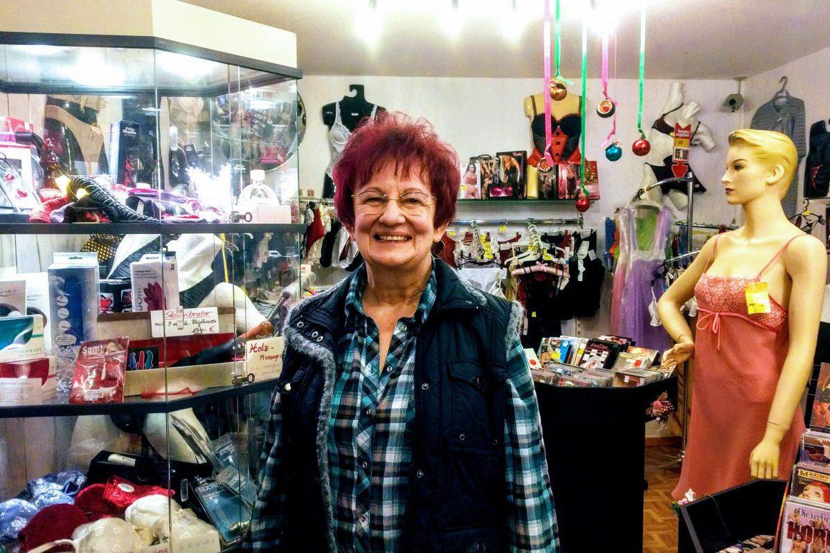 Annerose Koschinski in ihrem Laden in Pankow.