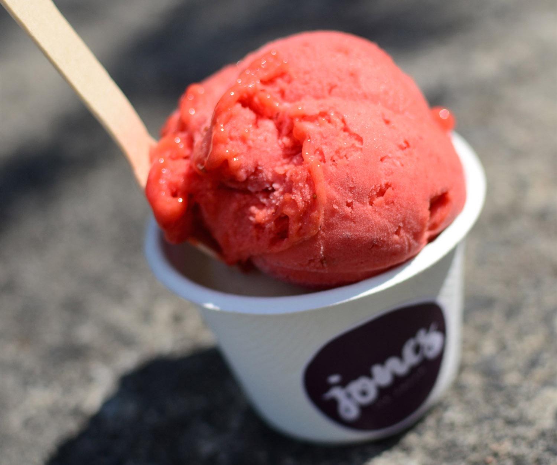 Das erdbeerigste Erdbeereis in Berlin bei der Eisdiele Jones Ice Cream