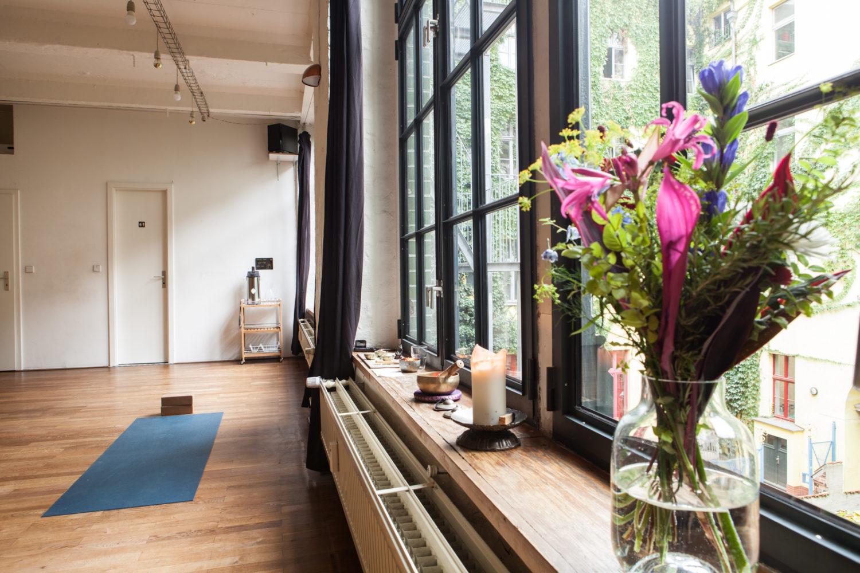 Yoga-Studios Berlin Yellow Yoga verfügt über zwei schöne Kursräume, in Neukölln und Kreuzberg.