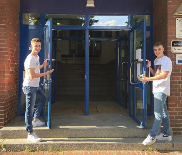 Flo und Felix wollen die neuen Schülersprecher am Otto-Nagel-Gymnasium werden. Nun bekommen sie bei ihrem Wahlkampf prominente Unterstützung. Foto: Screenshot