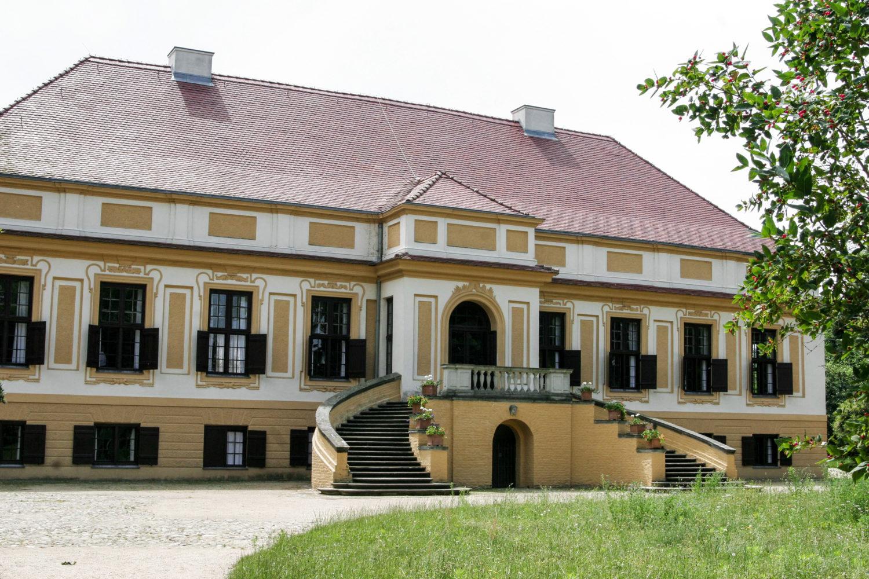 Hochzeitslocations Brandenburg Hand in Hand den Blick auf den See genießen: Das Kavalierhaus Caputh liegt romantisch am Templiner See.