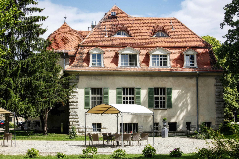 Hochzeitslocations Brandenburg Der Schlosspark des Schlosses Kartzow eignet sich wunderbar für eine freie Trauung bei schönem Wetter.