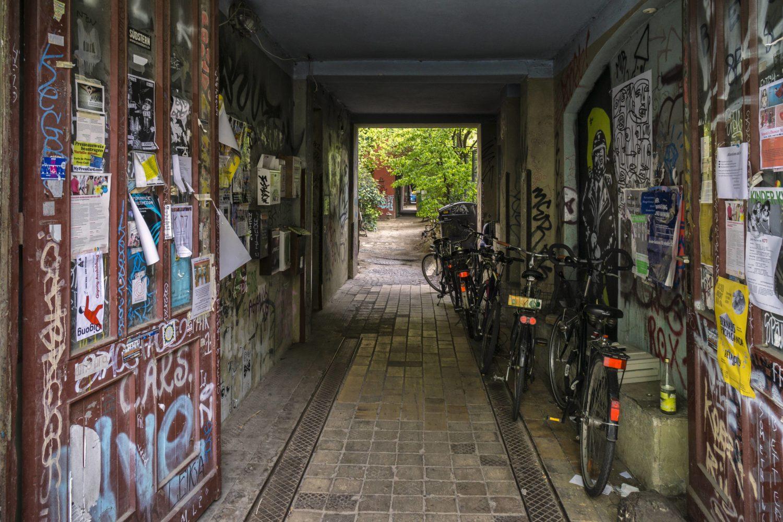 12 Dinge, die Berliner*innen an Touris so richtig nerven: Urin in Hauseingängen