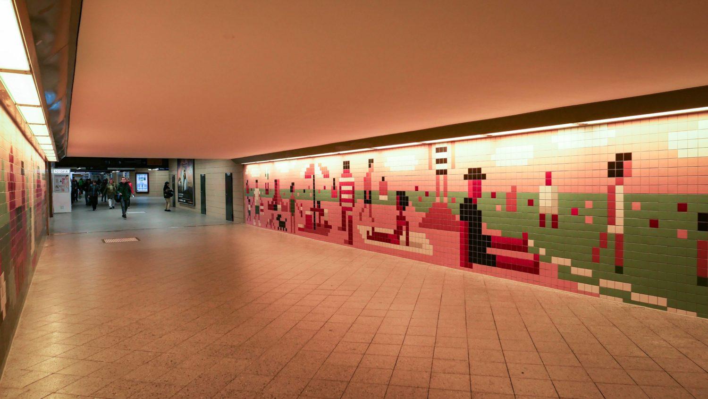 Der Tunnel im Bahnhof Wannsee wurde vom Künstler Christoph Niemann mit Kacheln gestaltet.
